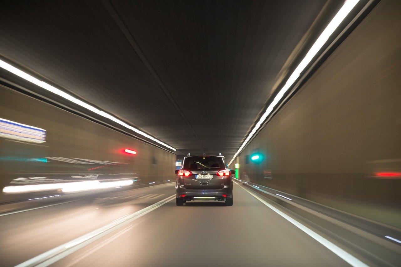 Podróż samochodem przez tunel
